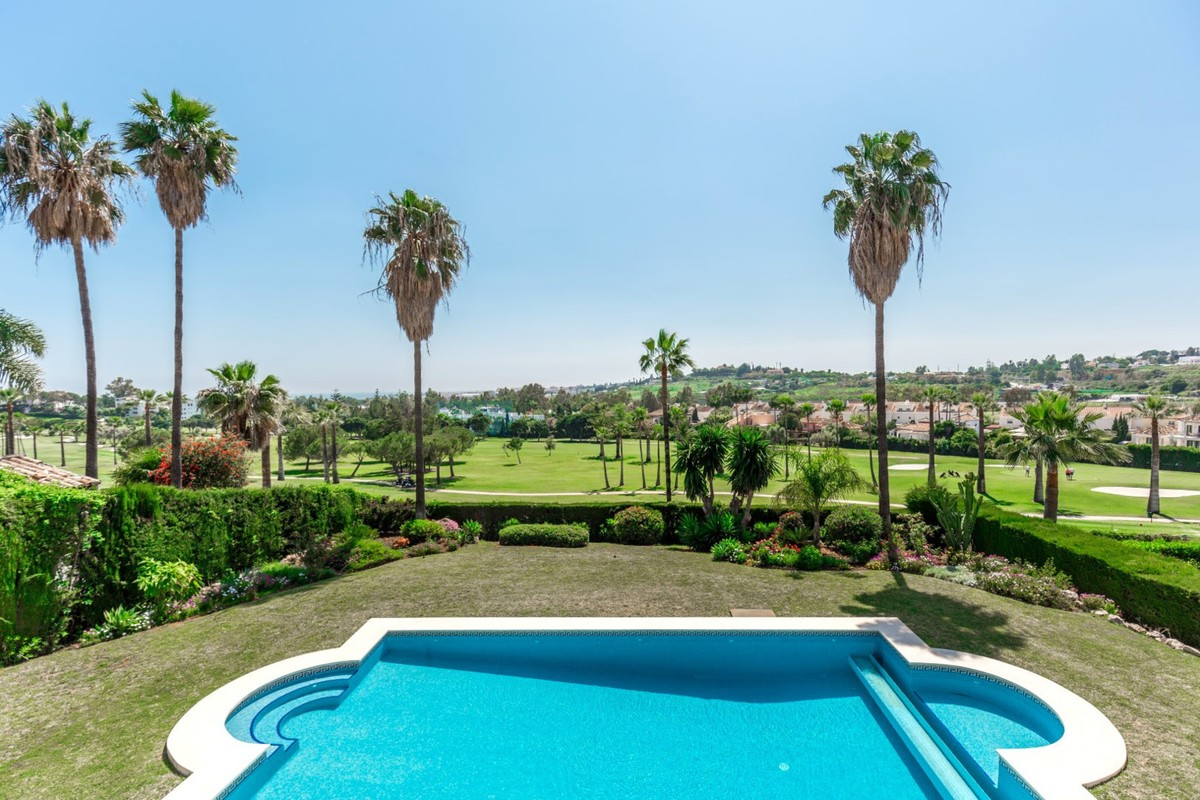 Find here a 5 bedroom villa in a classic style for the Mediterranean. Sitting on a very prestigious golf course with direct golf course views.